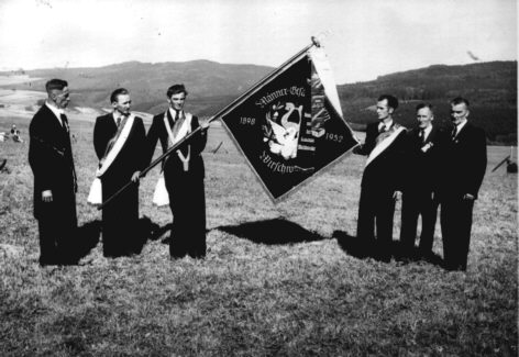 Delegation des Männergesangverein Wirschweiler mit Fahne im Jahre 1952
